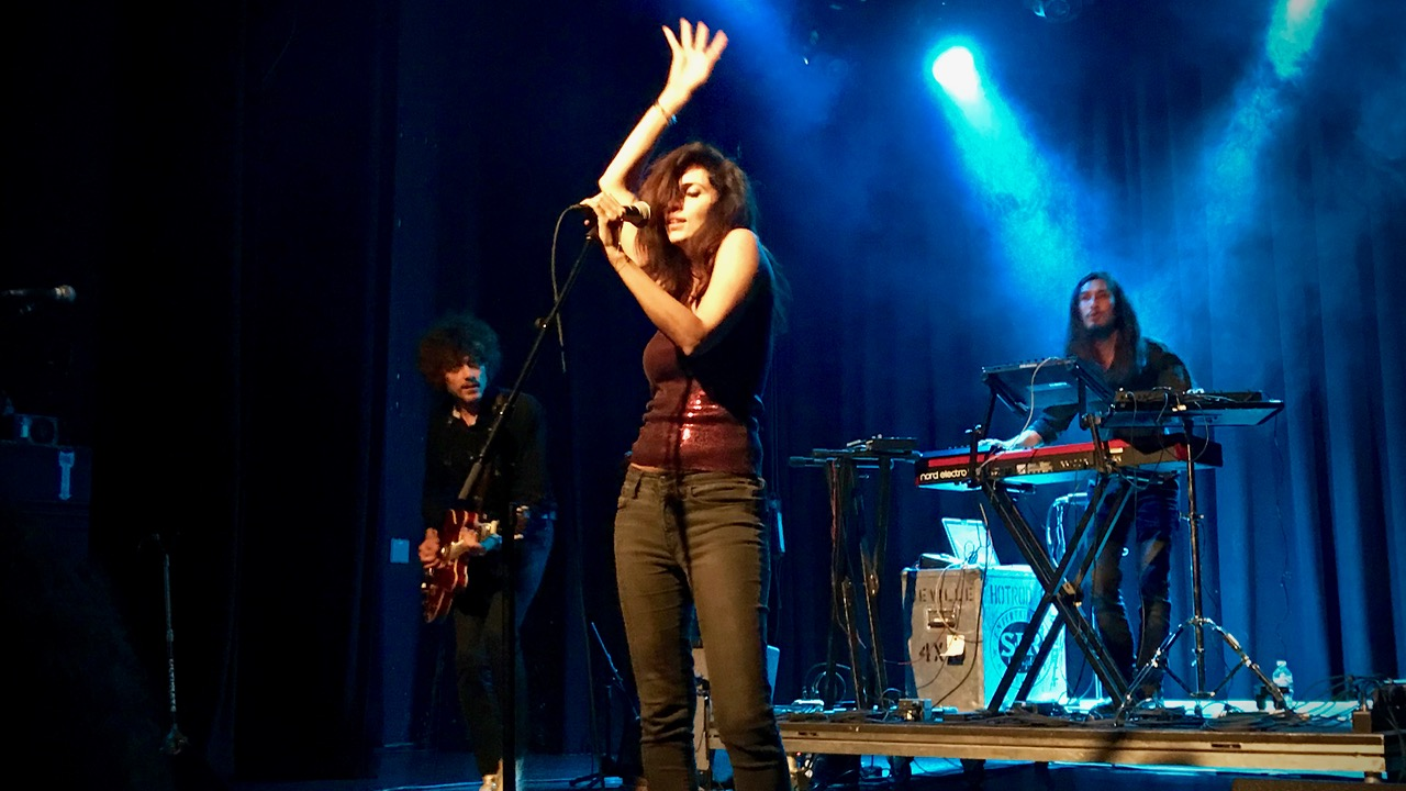 Yasmine Hamdan at the El Rey Theatre (Photo by Roy Jurgens)